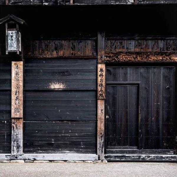 habillage en bois brulé de maison au japon