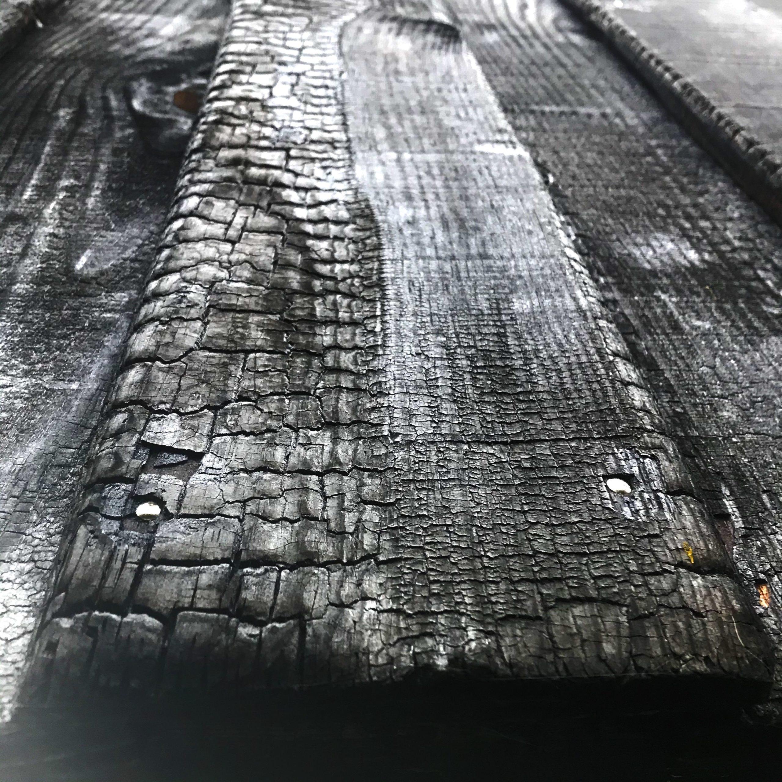 habillage de mur intérieur en bois brulé